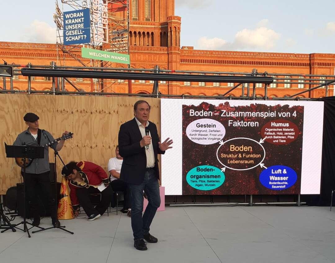 Prof. Willi Xylander referiert zum Thema Boden in der Kulisse des Roten Rathauses in Berlin